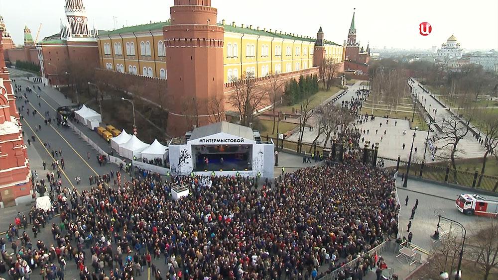 """Митинг солидарности под девизом """"Питер - мы с тобой!"""" на Манежной площади в Москве"""