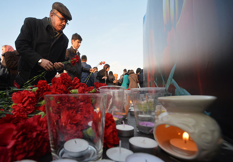 """Участники всероссийской акции """"Вместе против террора"""" возлагают цветы на Кремлевской набережной в Казани"""