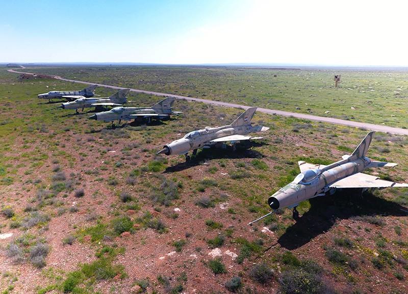 Сирийские самолеты на территории авиабазы