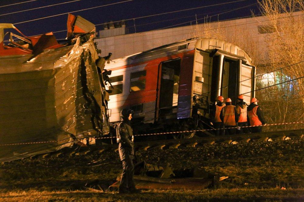 На месте столкновения поезда и электрички