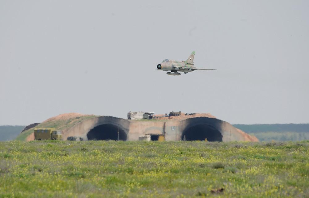 """Самолет сирийских ВВС над аэродромом """"Шайрат"""""""