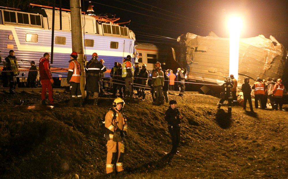 Работа экстренных служб на месте столкновения поезда и электрички