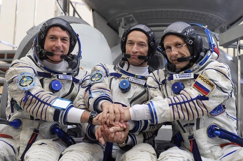 Космонавты Сергей Рыжиков, Андрей Борисенко и Шейн Кимброу