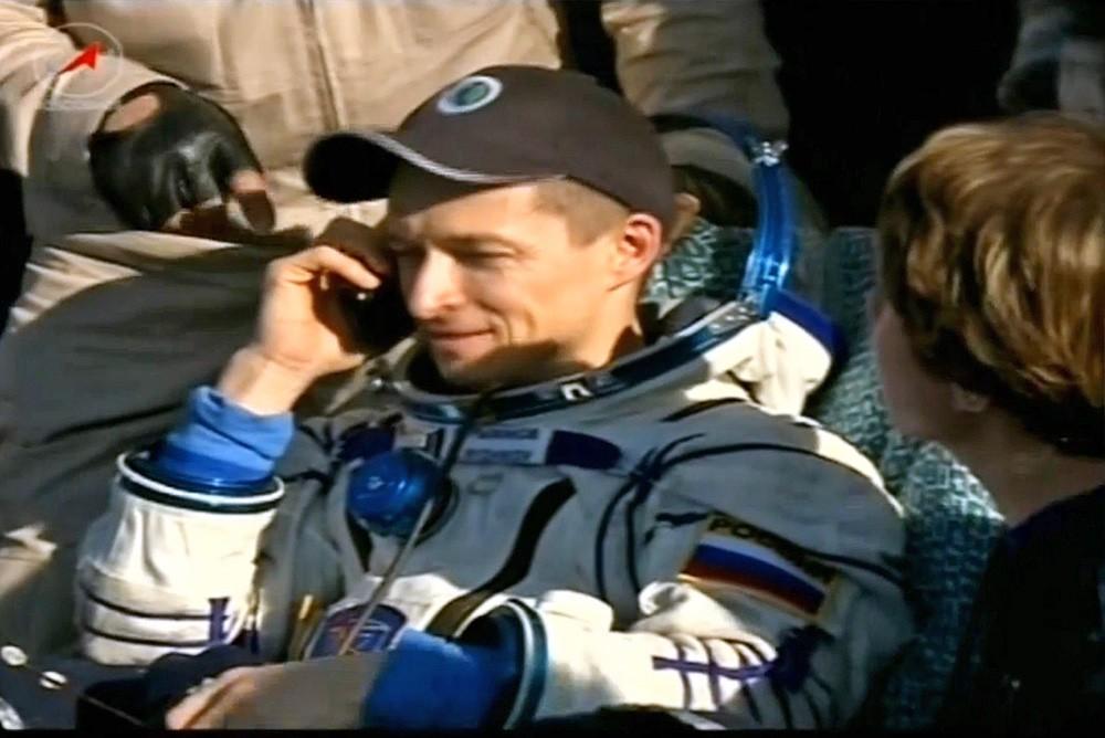 Космонавт Сергей Рыжиков после приземления