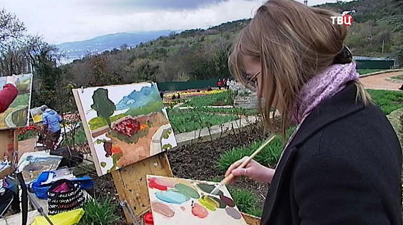 Художник рисует тюльпаны