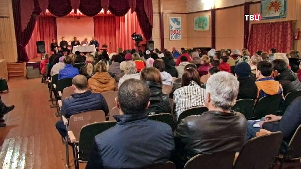 Собрание жителей поселка Иркутской области, где избили подростка