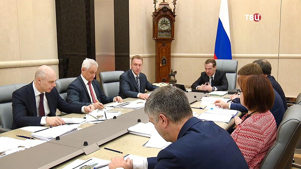 Дмитрий Медведев на заседании с членами правительства РФ