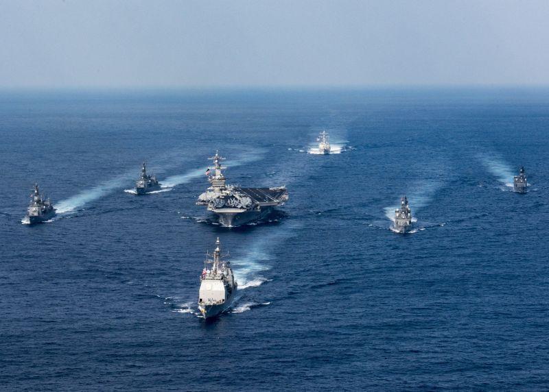 Авианосец Carl Vinson и корабли сопровождения