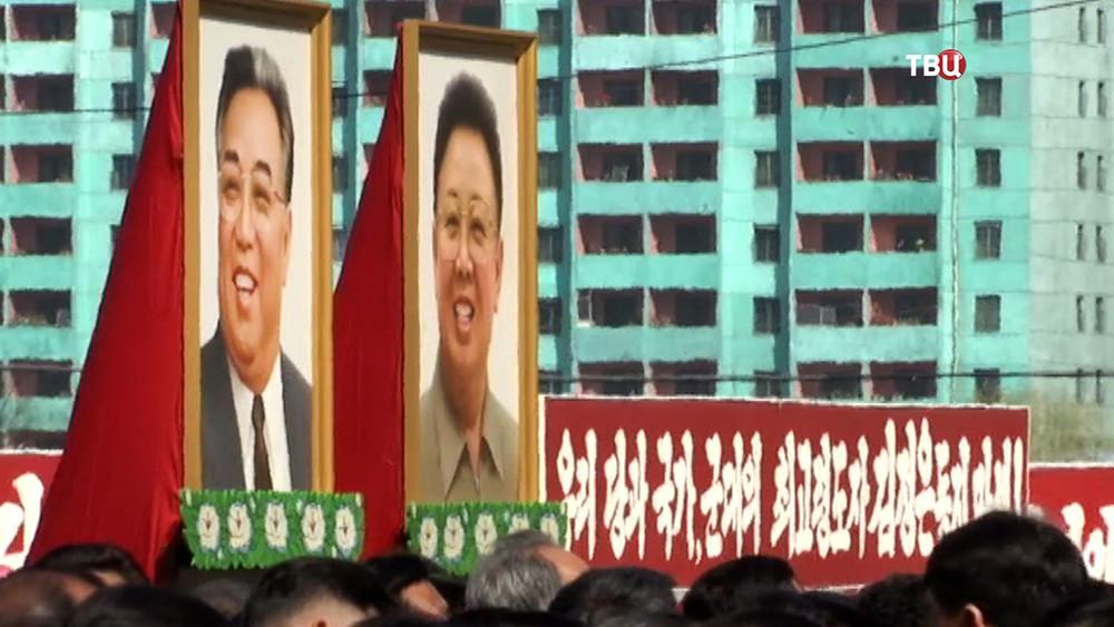 Портреты Ким Ир Сена и Ким Чен Ира