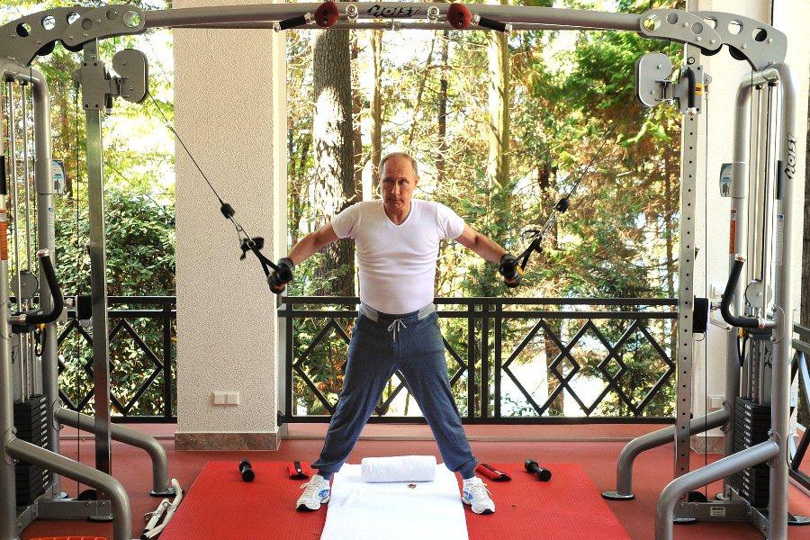 """Владимир Путин в спортзале резиденции """"Бочаров ручей"""""""