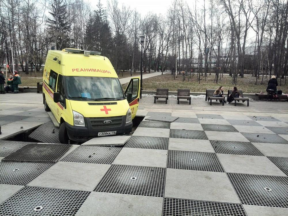 Скорая помощь провалилась в фонтан в Казани