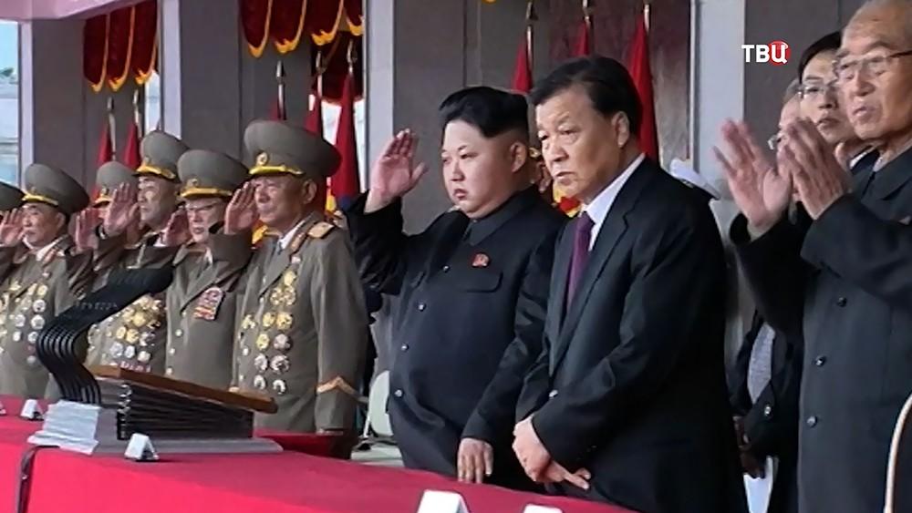 Лидер КНДР Ким Чен Ын наблюдает за парадом