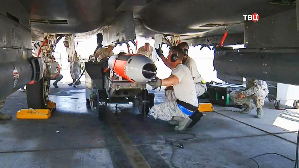 Погрузка авиабомбы в истребитель ВВС США