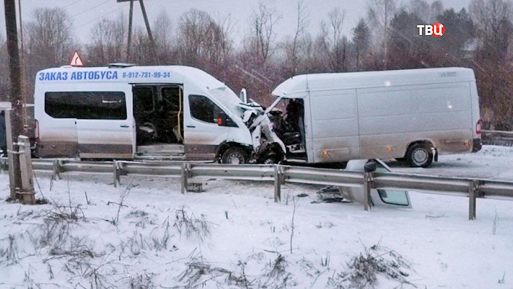 Последствия ДТП с двумя микроавтобусами