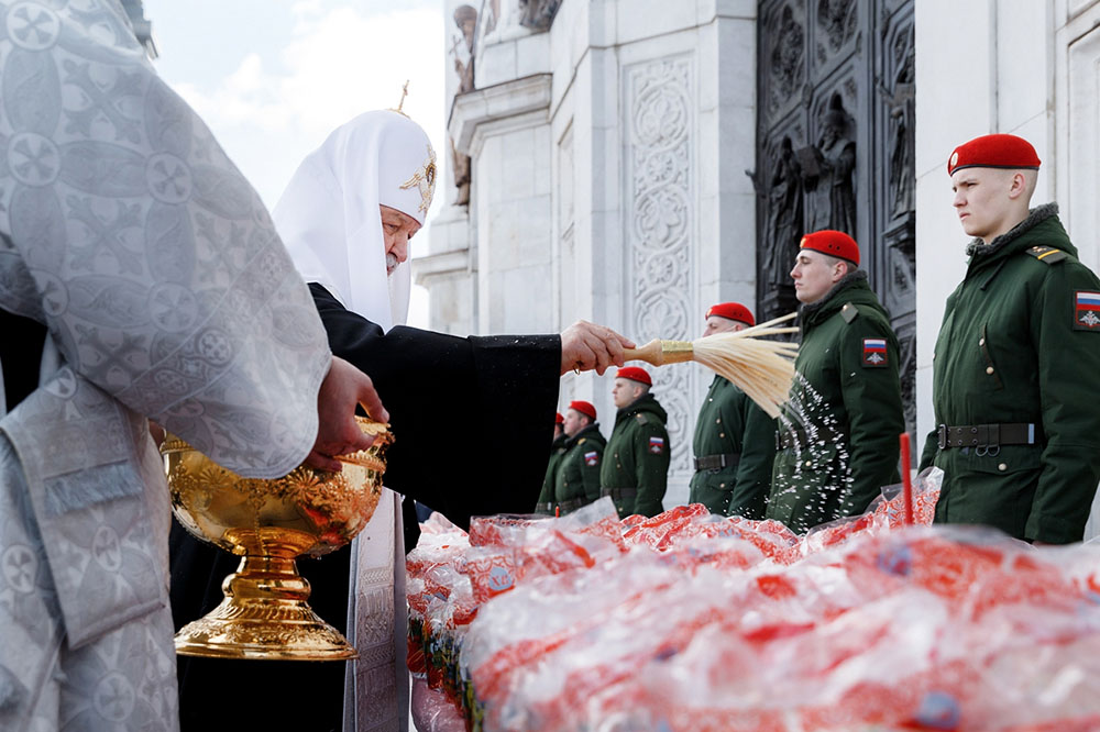 Патриарх Московский и всея Руси Кирилл освещает куличи