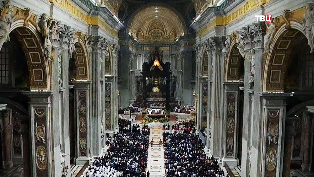 Богослужение в соборе Святого Петра в Ватикане