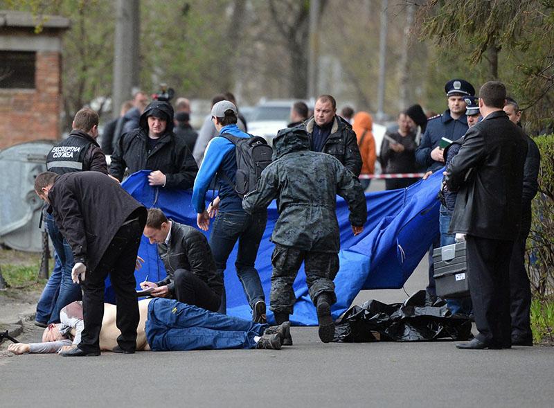 Криминалисты и работники полиции работают на месте убийства журналиста Олеся Бузины в Киеве