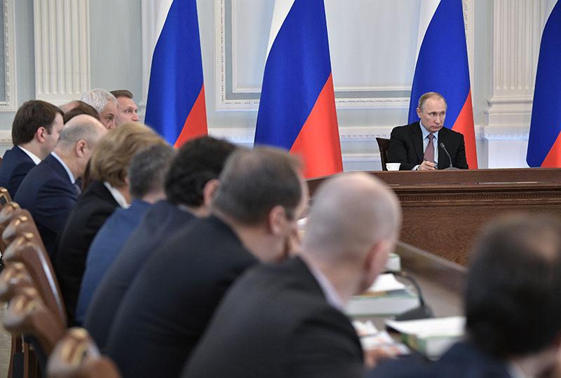 Президент России Владимир Путин проводит в Великом Новгороде заседание