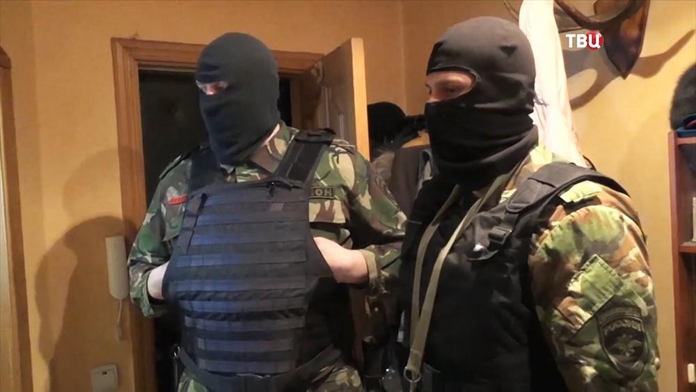 Спецназ полиции (ОМОН) во время рейда