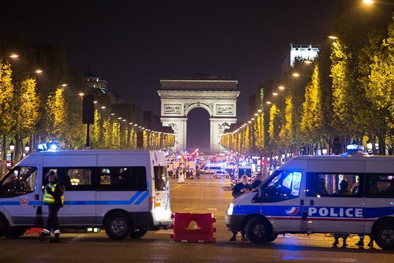 Сотрудники полиции стоят в оцеплении на месте перестрелки в Париже