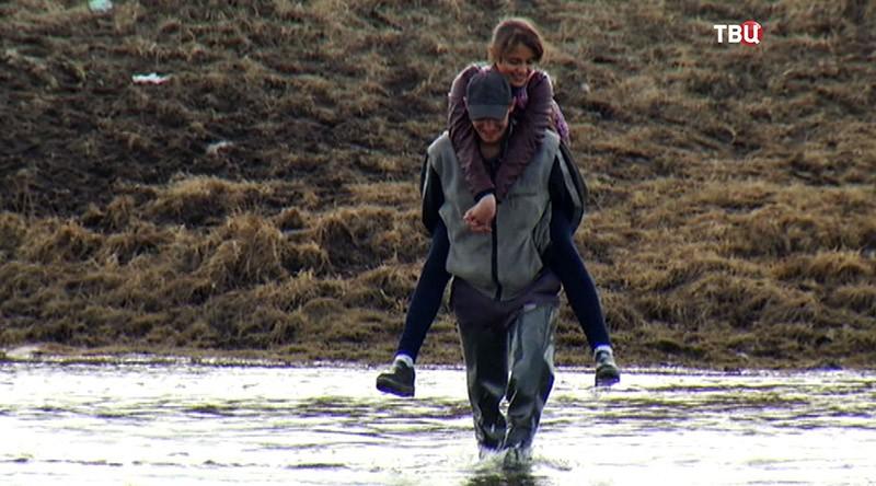 Люди переходят реку