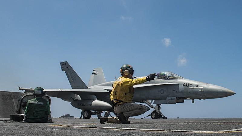 Палубный истребитель F/A-18 ВВС США