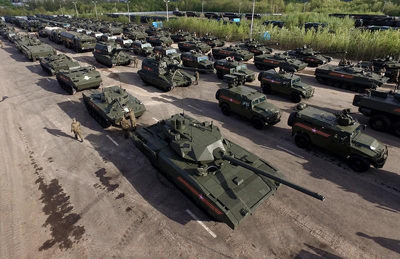 """Танк Т-14 на гусеничной платформе """"Армата"""" (на первом плане) на репетиции военного парада"""