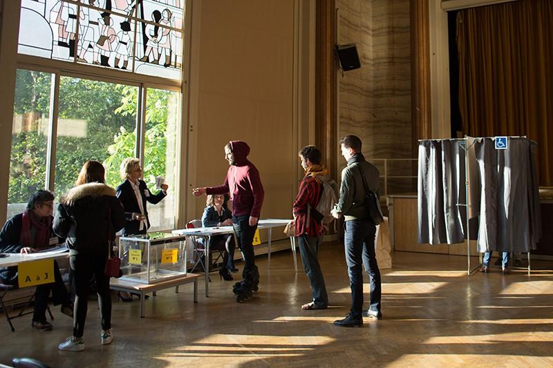 Жители голосуют на избирательном участке в Париже