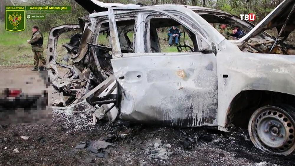 Последствия обстрела автомобиля наблюдателей ОБСЕ в Донбассе