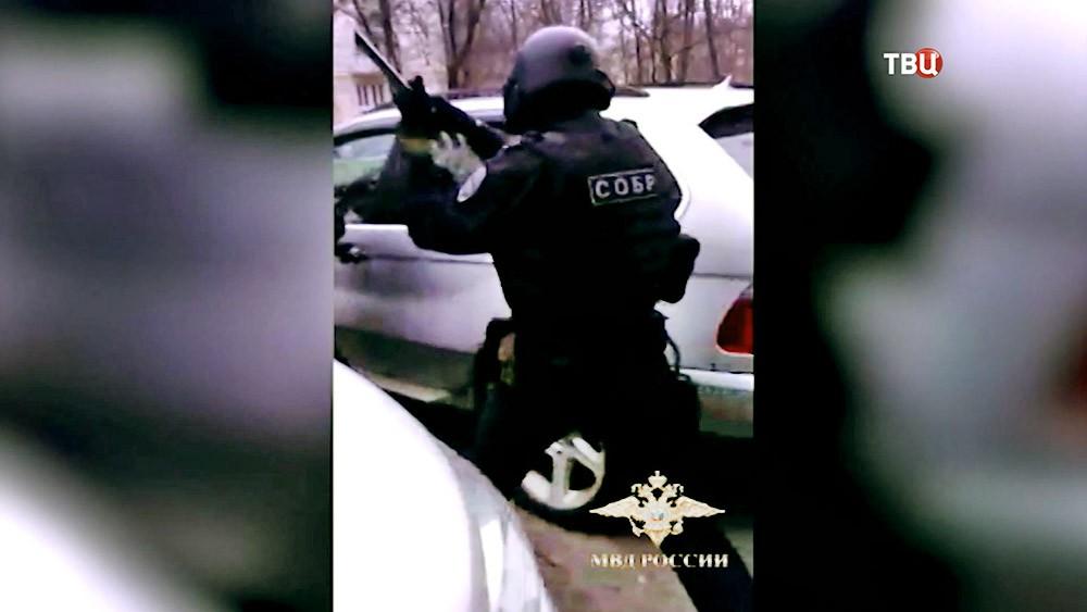 Бойцы спецподразделения СОБР проводят задержание