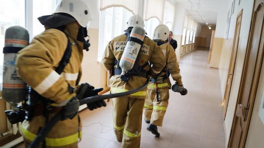 Пожарные проводят эвакуацию в школе
