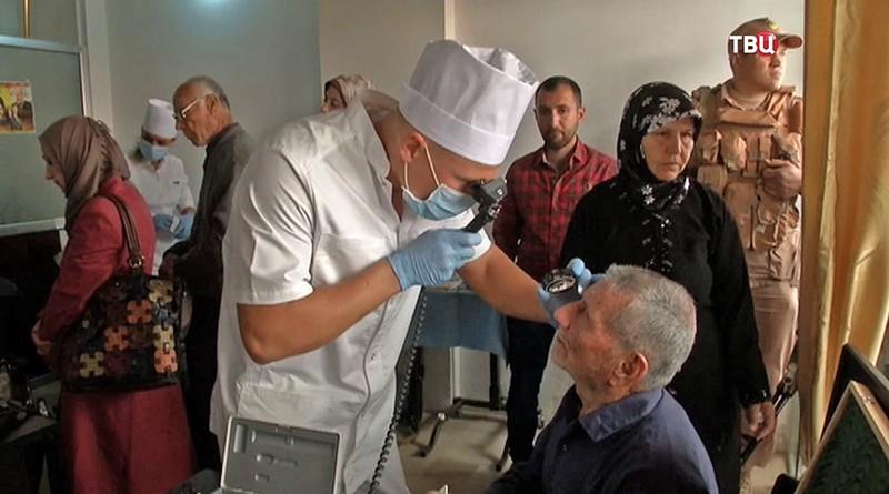 Врачи осматривают жителей Сирии