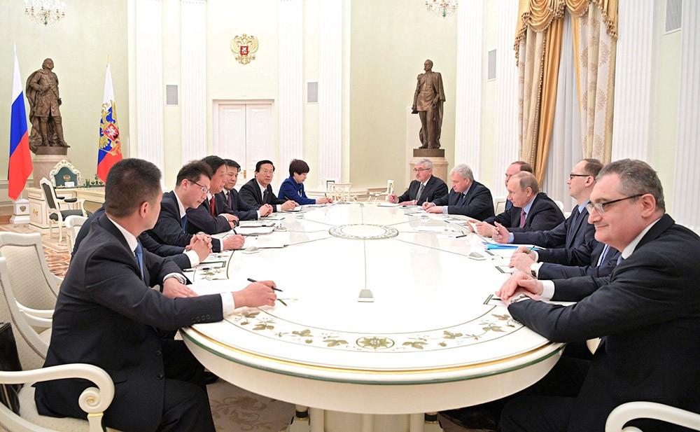 Президент России Владимир Путин на встрече с руководителем Канцелярии ЦК Компартии Китая Ли Чжаньшу