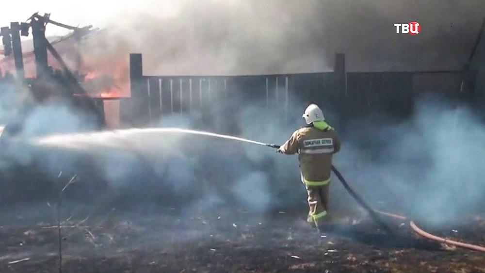 Пожарные тушат деревянный дом