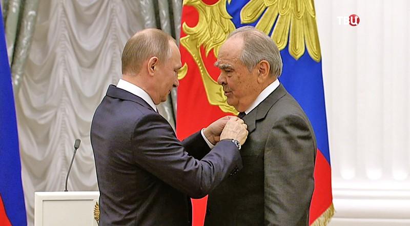 Владимир Путин вручает золотые звезды Героям труда