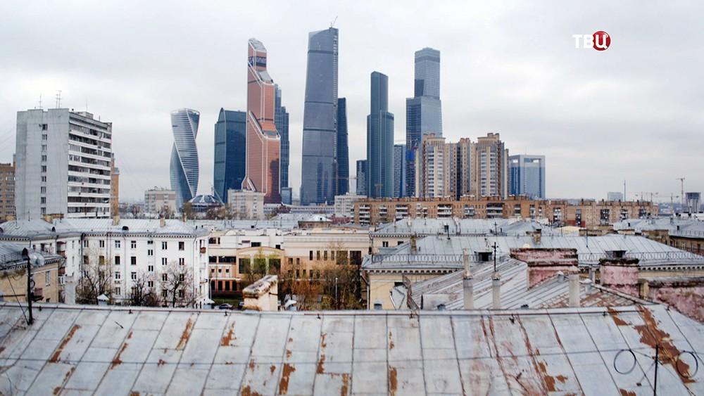 Старые дома на фоне небоскребов Москва-Сити