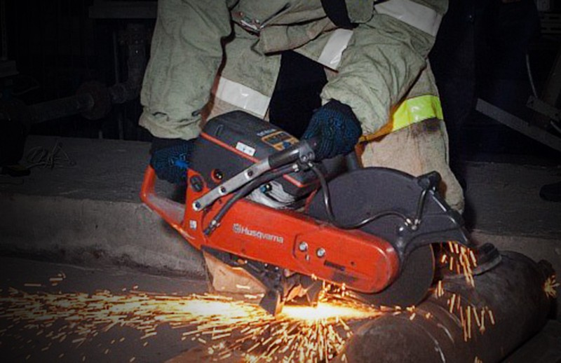 Спасатели МЧС работают болгаркой на месте ЧП