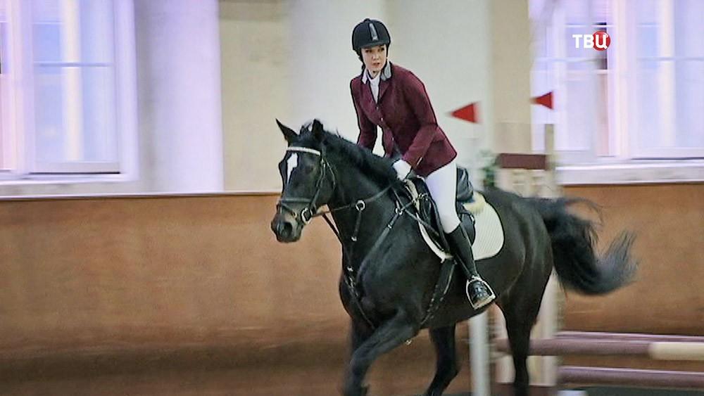 Сотруница МЧС Яна Забулонова занимается конным спортом