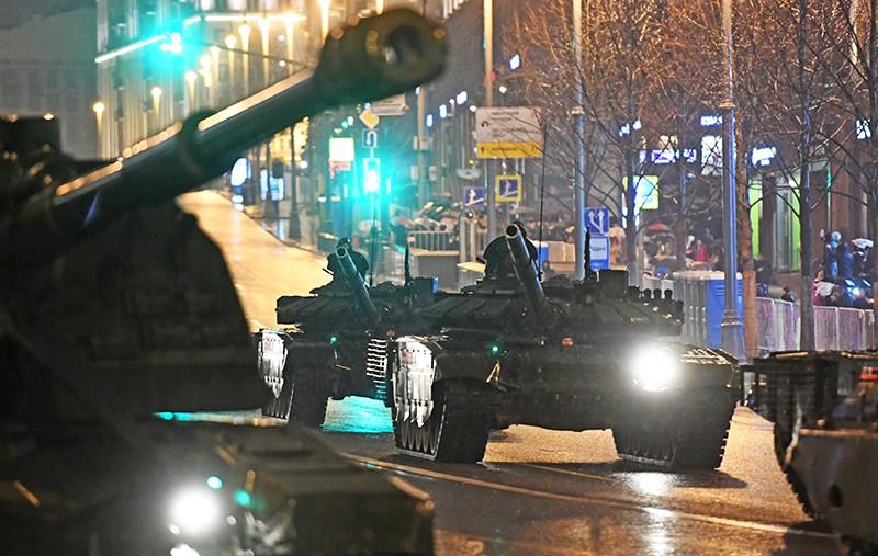 Танки во время прохода по Тверской улице на репетиции парада Победы на Красной площади