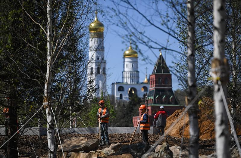 """Рабочие во время строительства ландшафтного парка """"Зарядье"""" в Москве"""