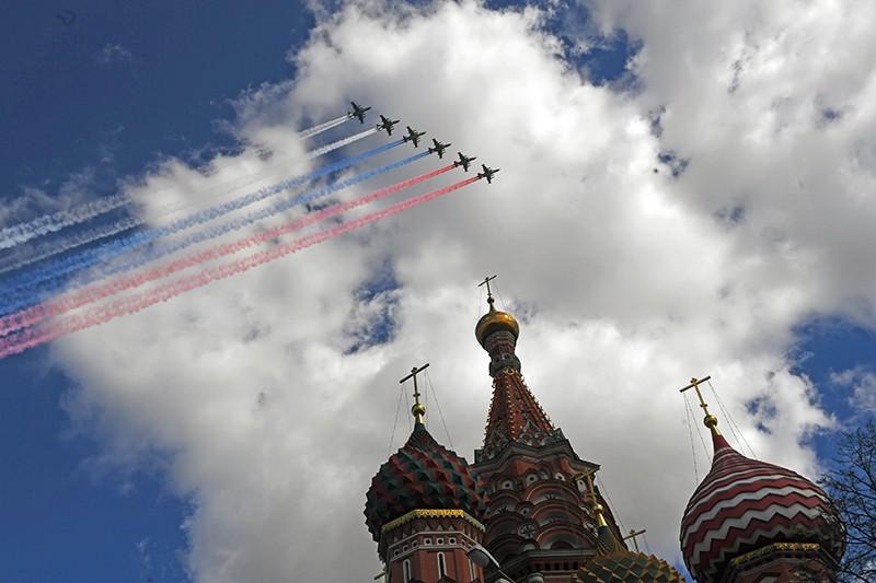 Штурмовики Су-25 БМ пролетают над Красной площадью