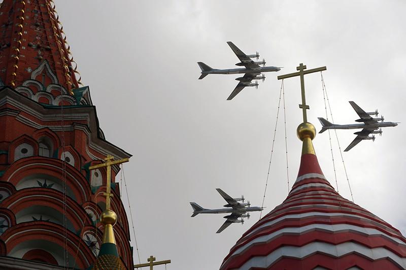 Самолеты Ту-95 пролетают над Красной площадью