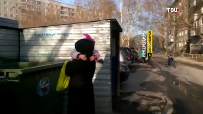 Девочку достают из мусорного бака