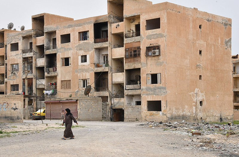 Женщина на улице в сирийском городе Дейр-эз-Зор