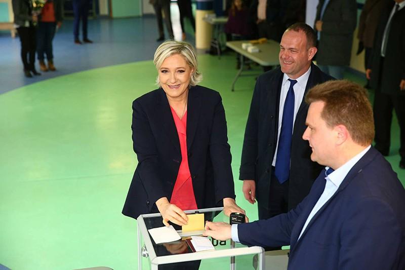 Марин Ле Пен во время голосования