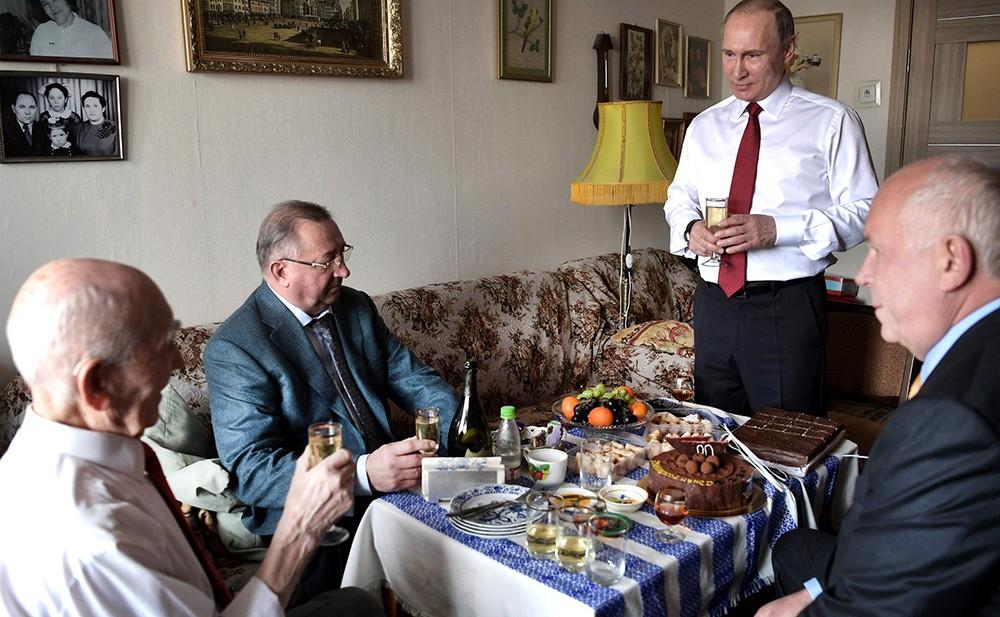Владимир Путин поздравил с юбилеем своего экс-начальника по работе в КГБ Лазаря Лазаревича Матвеева