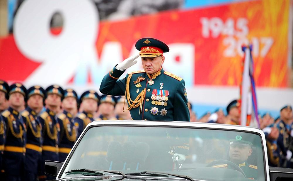 Сергей Шойгу принимает парад на Красной площади