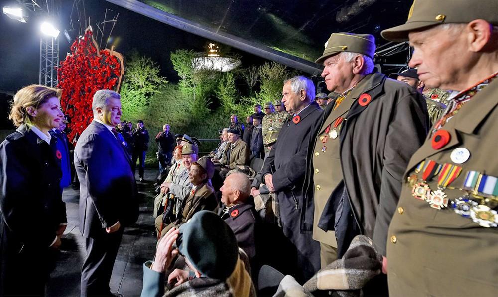 Президент Украины Пётр Порошенко поздравляет ветеранов УПА
