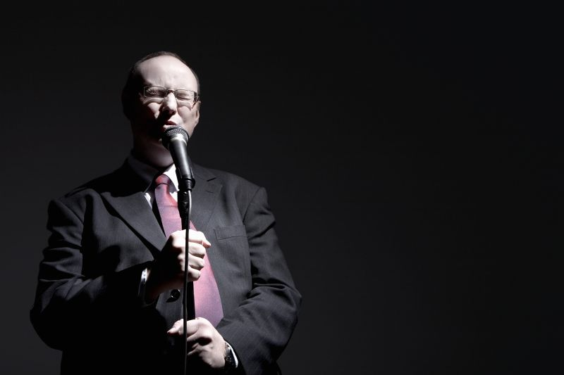 Мужчина поет в караоке