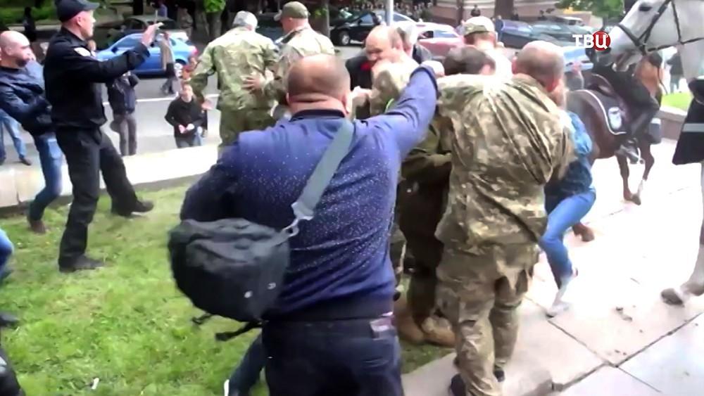 Жители разгоняют украинских радикалов
